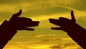 τα παιδιά παρουσιάζουν με τα χέρια τη σκιαγραφία ενός ζώου παιχνίδι σκιών Τα παιδιά κάνουν τη μορφή της μορφής σκυλιών με τα χέρι απόθεμα βίντεο