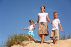 τα παιδιά πηγαίνουν άμμος μ&et στοκ φωτογραφίες