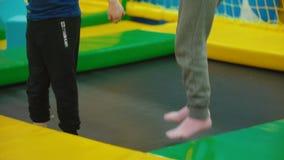 Τα παιδιά πηδούν στο τραμπολίνο φιλμ μικρού μήκους