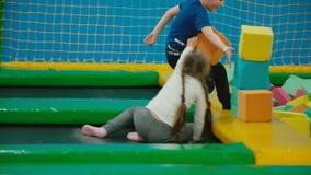 Τα παιδιά πηδούν στο τραμπολίνο απόθεμα βίντεο