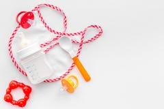 Τα παιδιά που ταΐζουν με τον τύπο μητρικού γάλακτος ή νηπίων κονιοποίησαν το γάλα και τα παιχνίδια μωρών στο άσπρο διάστημα άποψη Στοκ φωτογραφία με δικαίωμα ελεύθερης χρήσης