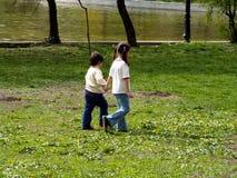 τα παιδιά σταθμεύουν το περπάτημα Στοκ Εικόνες