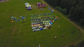 Τα παιδιά στα παιδιά ` s διακοπών στρατοπεδεύουν aeial στρατόπεδο παιδιών ` s Στοκ Φωτογραφίες