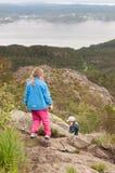 Τα παιδιά στην κορυφή του ίχνους πεζοπορίας στοκ φωτογραφίες με δικαίωμα ελεύθερης χρήσης