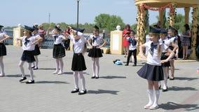 Τα παιδιά στη θάλασσα διαμορφώνουν το χορό στο ανάχωμα στο σε αργή κίνηση πυροβολισμό πόλεων φιλμ μικρού μήκους
