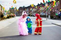 Τα παιδιά στο τέχνασμα αποκριών ή μεταχειρίζονται Στοκ εικόνες με δικαίωμα ελεύθερης χρήσης
