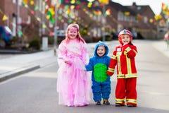 Τα παιδιά στο τέχνασμα αποκριών ή μεταχειρίζονται Στοκ Εικόνες
