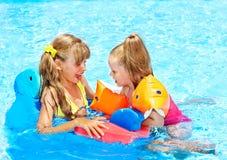 τα παιδιά συγκεντρώνουν την κολύμβηση Στοκ εικόνα με δικαίωμα ελεύθερης χρήσης