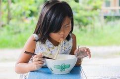 Τα παιδιά τρώνε τα νουντλς ευτυχώς στοκ φωτογραφίες με δικαίωμα ελεύθερης χρήσης