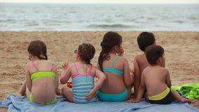 Τα παιδιά τρώνε τα σάντουιτς στην παραλία φιλμ μικρού μήκους