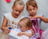 Τα παιδιά φαίνονται κιβώτια με τα δώρα Διακοπές παιδιών Στοκ Φωτογραφία