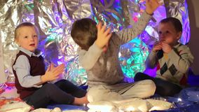 Τα παιδιά χαίρονται, χτυπούν απόθεμα βίντεο