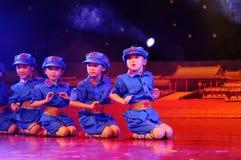 τα παιδιά χορεύουν απόδοση Στοκ εικόνες με δικαίωμα ελεύθερης χρήσης