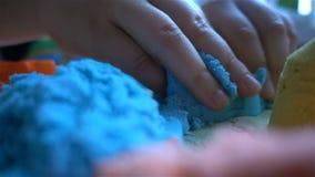 Τα παιδικά παιχνίδια με μια κολλώδη άμμο στο σπίτι HD φιλμ μικρού μήκους