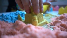 Τα παιδικά παιχνίδια με μια κολλώδη άμμο στο σπίτι HD απόθεμα βίντεο