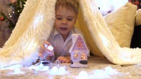 Τα παιδικά παιχνίδια στο δωμάτιο των παιδιών σε μια σκηνή με ένα φως Χριστουγέννων παιδική ηλικία ευτυχής απόθεμα βίντεο