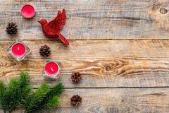 Τα παιχνίδια και τα κεριά πουλιών για το νέο εορτασμό έτους με το δέντρο γουνών διακλαδίζονται στο ξύλινο πρότυπο veiw υποβάθρου  Στοκ Φωτογραφίες