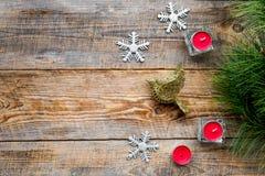 Τα παιχνίδια και τα κεριά πουλιών για το νέο εορτασμό έτους με το δέντρο γουνών διακλαδίζονται στο ξύλινο πρότυπο veiw υποβάθρου  Στοκ Εικόνα