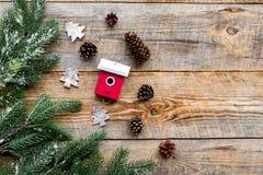 Τα παιχνίδια και οι κώνοι πεύκων για το νέο εορτασμό έτους με το δέντρο γουνών διακλαδίζονται στο ξύλινο πρότυπο veiw υποβάθρου τ Στοκ Εικόνες