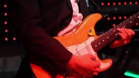 Τα παιχνίδια κιθαριστών στη σκηνή κιθάρων Το βίντεο είναι ένα μεγάλο σχέδιο κιθάρων και χεριών φιλμ μικρού μήκους