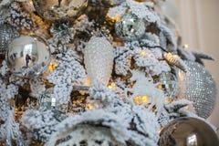 Τα παιχνίδια με μορφή των κώνων και των αλόγων κρεμούν στο νέο δέντρο έτους Στοκ Εικόνες