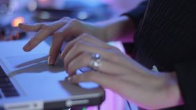 Τα παιχνίδια του DJ στο lap-top απόθεμα βίντεο