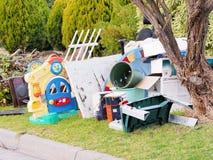 Τα παιχνίδια και άλλα στοιχεία για τα σκληρά σκουπίδια συλλέγουν Στοκ φωτογραφία με δικαίωμα ελεύθερης χρήσης