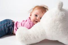 Τα παιχνίδια κοριτσάκι με το λευκό αντέχουν το παιχνίδι Στοκ εικόνα με δικαίωμα ελεύθερης χρήσης