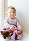 Τα παιχνίδια κοριτσάκι χαμόγελου με το παιχνίδι αντέχουν Στοκ Εικόνα