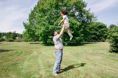 Τα παιχνίδια μπαμπάδων με την κόρη του ρίχνουν επάνω και τις συλλήψεις της Στοκ Φωτογραφίες
