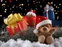 Τα παιχνίδια Χριστουγέννων teddy αντέχουν με τη διακόσμηση Έννοια Χριστουγέννων Στοκ εικόνες με δικαίωμα ελεύθερης χρήσης