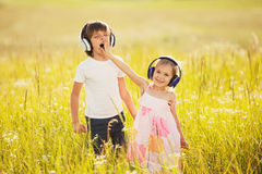 Τα παιδάκια ακούνε μουσική στα ακουστικά Στοκ Φωτογραφία