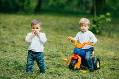 Τα παιδιά ένα παίζουν, ένας άλλος γύρος ένα ποδήλατο Στοκ εικόνα με δικαίωμα ελεύθερης χρήσης