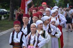 Τα παιδιά έντυσαν στα παραδοσιακά κοστούμια Στοκ Φωτογραφία