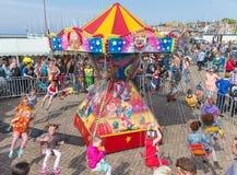 Τα παιδιά έχουν τη διασκέδαση σε ένα ιπποδρόμιο σε μια ολλανδική εθνική εορτή Στοκ Εικόνες