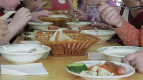 Τα παιδιά έχουν το μεσημεριανό γεύμα στον παιδικό σταθμό απόθεμα βίντεο