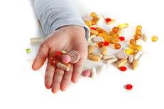 Τα παιδιά δίνουν με τα διαφορετικά χάπια Στοκ Εικόνες
