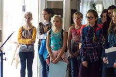 Τα παιδιά ακούνε τον οδηγό Στοκ εικόνες με δικαίωμα ελεύθερης χρήσης