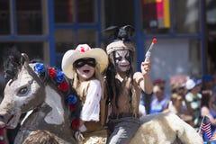 Τα παιδιά απεικονίζουν το απομονωμένα δασοφύλακα και Tonoto, στις 4 Ιουλίου, παρέλαση ημέρας της ανεξαρτησίας, Telluride, Κολοράν Στοκ εικόνες με δικαίωμα ελεύθερης χρήσης