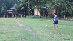 Τα παιδιά από το χωριό Kong Lo παίζουν το ποδόσφαιρο απόθεμα βίντεο