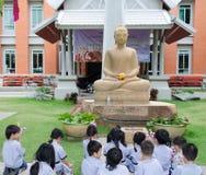 Τα παιδιά λατρεύουν την εικόνα του Βούδα Στοκ Εικόνα