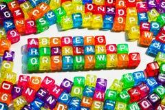 τα παιδιά αλφάβητου κυβίζουν το συρμένο παιχνίδι γραμμάτων s ξύλινο Στοκ Φωτογραφίες