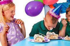 Τα παιδιά γενεθλίων γιορτάζουν το κόμμα και κατανάλωση του κέικ στο πιάτο από κοινού Στοκ φωτογραφίες με δικαίωμα ελεύθερης χρήσης