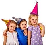 Τα παιδιά γενεθλίων γιορτάζουν το κόμμα και κατανάλωση του κέικ στο πιάτο από κοινού Στοκ φωτογραφία με δικαίωμα ελεύθερης χρήσης