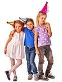 Τα παιδιά γενεθλίων γιορτάζουν το κόμμα μαζί με το ευτυχή κορίτσι και το αγόρι Στοκ εικόνες με δικαίωμα ελεύθερης χρήσης