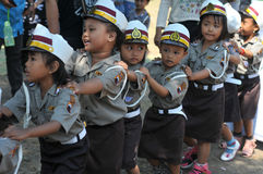 Τα παιδιά γνωρίζουν να ξέρουν το επάγγελμα της αστυνομίας στοκ φωτογραφία με δικαίωμα ελεύθερης χρήσης