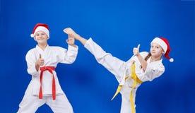 Τα παιδιά εκπαιδεύουν το πόδι λακτίσματος και παρουσιάζουν δάχτυλο έξοχο Στοκ Φωτογραφία