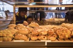 Τα παιδιά επιλέγουν προσεκτικά τα yummy κέικ Στοκ εικόνα με δικαίωμα ελεύθερης χρήσης