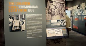 Τα παιδιά θα τους οδηγήσουν έκθεμα μέσα στο εθνικό μουσείο πολιτικών δικαιωμάτων στο μοτέλ της Λωρραίνης στοκ εικόνα