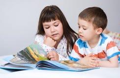 Τα παιδιά διαβάζουν το βιβλίο στοκ φωτογραφίες